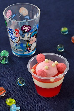 White Chocolate Mousse and Strawberry Jelly, with a Souvenir Cup ¥580 Available from the following locations Sweetheart Cafe Grandma Sara's Kitchen Captain Hook's Galley Tomorrowland Terrace
