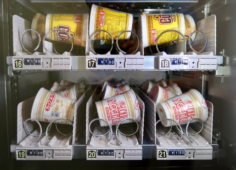 cup-noodle-vending-machine-first-cabin-haneda-capsule-hotel
