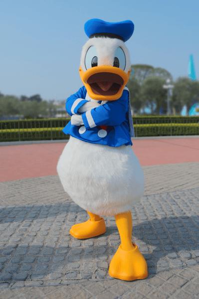 donald-duck-at-tokyo-disneyland-hiroshi