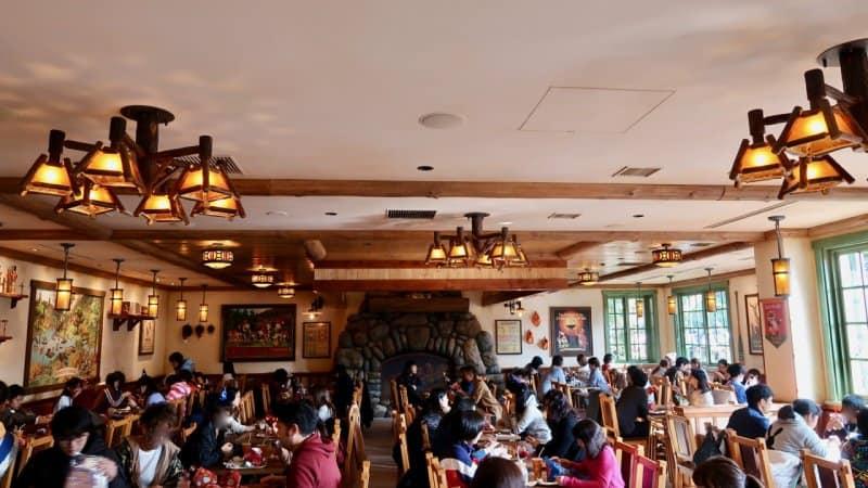 camp-woodchuck-kitchen-tokyo-disneyland-seating