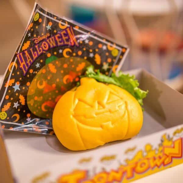 fried-shrimp-burger-pumpkin-bun-tokyo-disneyland-halloween