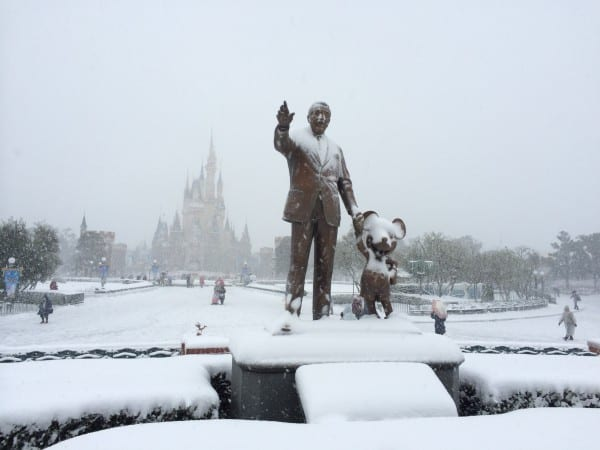 The freezing cold and snow is an excellent way to beat the crowds at Tokyo Disneyland & Tokyo DisneySea.