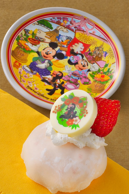 Special Souvenir Plate with Strawberry Cream Buns