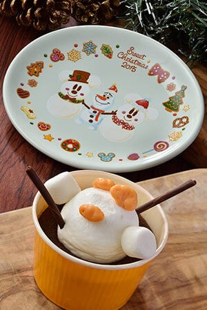 Chocolate Cake, with a Souvenir Plate ¥720 Available at Sweetheart Cafe