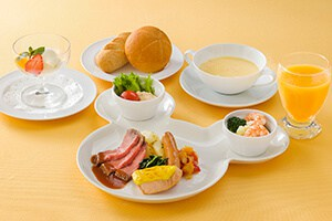 Children's Set ¥1,790 Recommended for Children Under 12 Years Old Includes Corn Chowder Tuna Salad, Roast Beef, Baked Salmon, Sausage, Vegetables, Shrimp, Broccoli, and Cauliflower Bread Vanilla Ice Cream Soft Drink